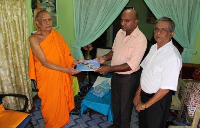 Nuwara Eliya DIRC members meet a Buddhist monk and hand over a book on success stories