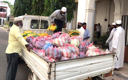 Disadvantaged people of Negombo received 2,000 parcels of dry rations and daily essentials from Periyamulla Grand Mosque Trustee Committee